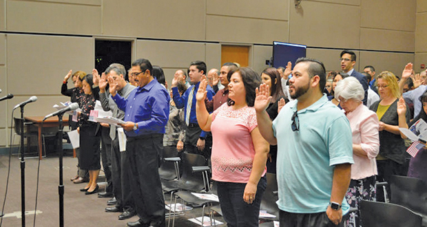 New citizens state the Naturalization Oath of Allegiance to the United States of America at the Naturalization Ceremony in Tucson on November 17, 2017. (Photo by Deborah Lee/Arizona Sonora News)